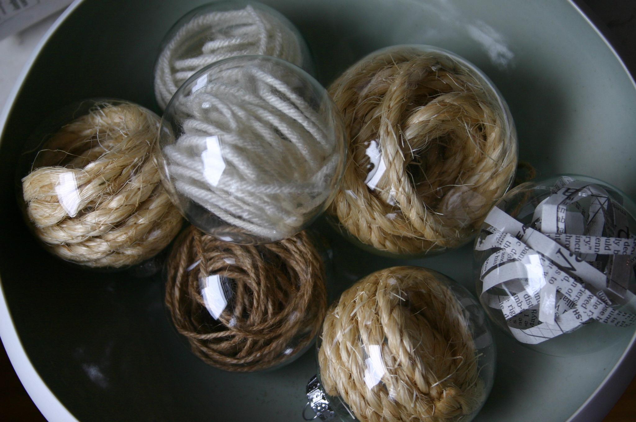 Palline di natale con lana riciclata e spago